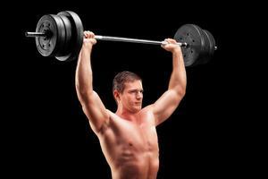 bodybuilder die een zwaar gewicht opheft foto