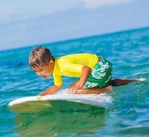 jongen met surf foto