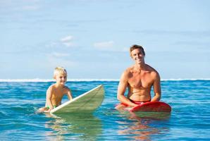 vader en zoon gaan surfen