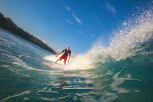 surfen op een golf. het eiland Bali. Indonesië.