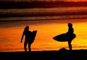 vrouwelijke surfers foto