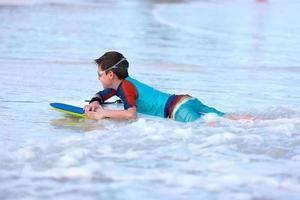 jongen die op boogieraad zwemt