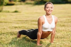 aantrekkelijke jonge dame die oefeningen doet foto