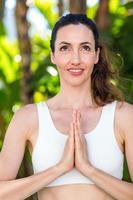 glimlachende vrouw die yoga doet foto
