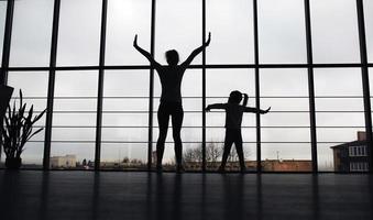 silhouet van moeder en dochter in de sportschool foto