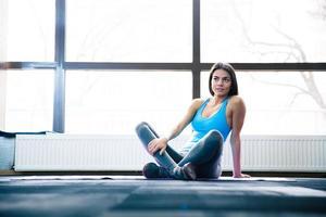 nadenkend vrouw zittend op yoga mat foto