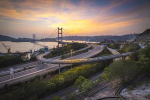 zonsopganglandschap met brug foto