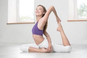 vrouw doet yoga-oefeningen foto
