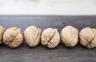 walnoten op een rij foto