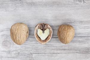 drie walnoten op een rij foto