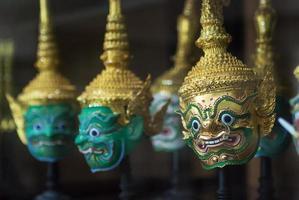 rij van khon masker in bangkok, thailand foto