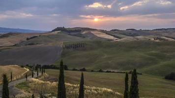 prachtig landschap van Toscane in zonsondergang