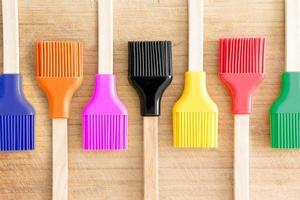 rij keukenborstels met kleurrijke haren foto