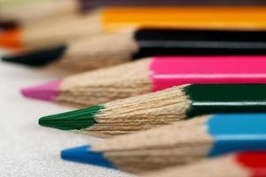 kleurpotloden gerangschikt in een rij foto