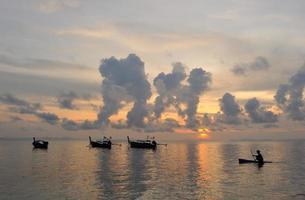 Thailand. phiphi eiland. magisch zonsopganglandschap