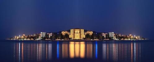 nacht landschap panorama zee hotels lichten foto
