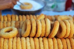 donut op een rij plaatsen. foto