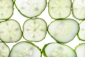 rijen van plakjes verse komkommer geïsoleerd foto