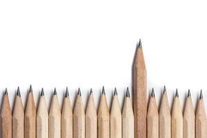 een houten potlood dat uit de rij steekt