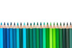 geïsoleerde rij met blauw en groen gekleurde kleurpotloden foto