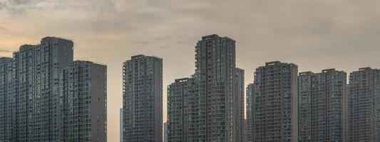 rij van woongebouwen in china bij dageraad foto