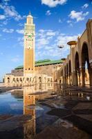 grote hassan ii-moskee en reflectie foto