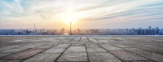 panoramische skyline en gebouwen met lege bakstenen plein foto