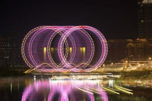 spoor van lichte ringen in de nacht foto