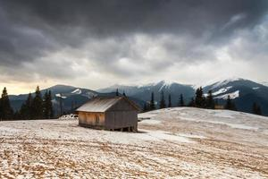 houten huis in winter forest foto