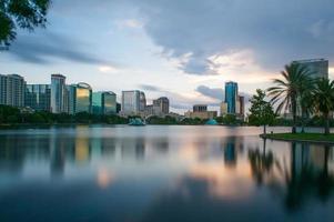 Eola Lake bij zonsondergang in Orlando foto
