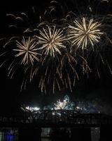 """vuurwerk boven de skyline van cincinnati, drie diagonale uitbarstingen, met """"regen"""" foto"""