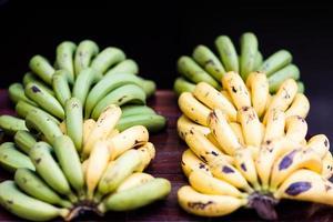 groene en gele bananen fruit in de markt foto