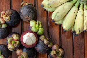 mangosteen en banaan foto