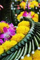 kratong gemaakt van bananenbladeren en bloemen. foto