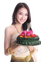 Aziatische vrouwen die khratong houden foto