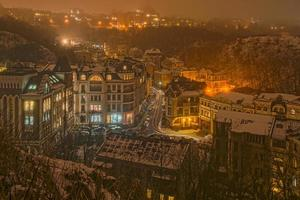 mistige nachtstad foto