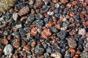 rotsachtige bodem van het meer
