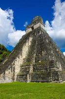 tikal ruïnes en piramides