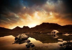 explosieve zonsondergang bij het meer foto