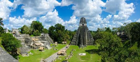 panorama tikal ruïnes en piramides foto