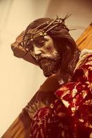 Jezus die het kruis draagt foto