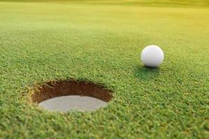 golfbal op de groene baan foto