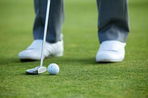 persoon die golf speelt, lage sectie foto