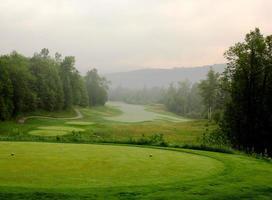 golfbaan in mistige ochtend foto