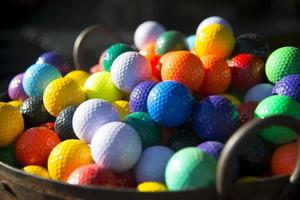 gekleurde golfballen foto