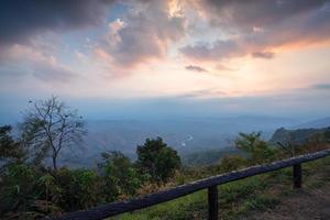 prachtige berglandschap op doi samur dao in nan, thailand foto