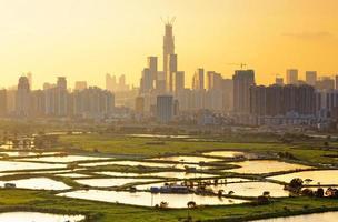 zonsondergang in Hong Kong en Shenzhen stad platteland