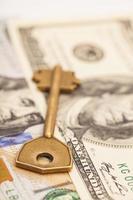 close-up van de sleutel op honderd-dollarbiljetten