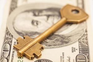 gouden sleutel op honderd dollarbiljet
