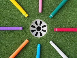 kleurrijke golf grips wijzend op de golf hole foto
